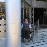Si bien el ingreso a este edificio del centro de Temuco cuenta con una rampa, el pilar genera un obstáculo para quienes ingresan con silla de ruedas.