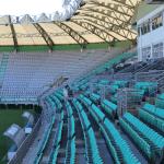 El estadio cuenta con espacios para que las personas usuarias de sillas de ruedas puedan asistir al estadio.