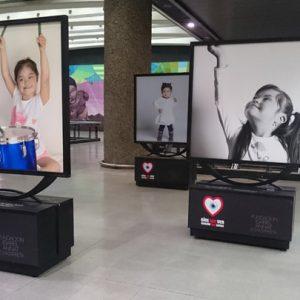Se aprecian tres retratos de la exposición, las que niñas son fotografiadas de forma casual mientras juegan con tambores, burbujas o solo miran la cámara.