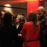 Los asistentes conversan previo a la inauguración.