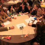 Uno de los grupos debate cómo responder la pregunta asignada.