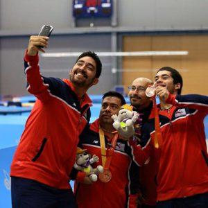 El equipo de tenis de mesa se toma una selfie en su celebración.