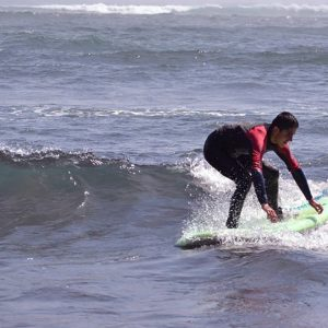 Aparece Lucas Retamales surfeando
