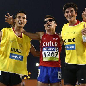 Cristián Valenzuela celebra con sus dos guías.