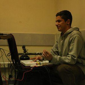 Se ve a un joven utilizando tecnología inclusiva