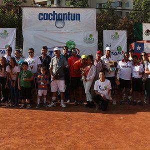 Aparecen los jugadores con sus familias levantando los trofeos y medallas.