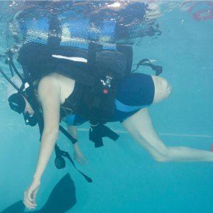 en la imagen se ve a una persona con discapacidad realizando buceo