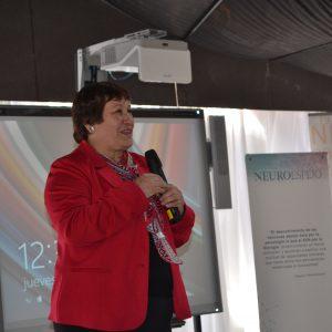 Glenda Durán, presidenta de Fundación Eres, hablando sobre un escenario.