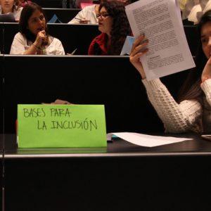 Se ve un letrero que dice Bases para la Inclusión, correspondiente a uno de los encuentros con alumnos de la UDP para la creación de la nueva política de Inclusión.