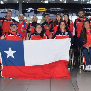 Los deportistas del Team Chile Posan en el aeropuerto en la previa al despegue de su avión rumbo a Río para representar al país en los Juegos Paralímpicos.