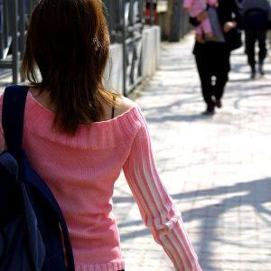 Mujer caminando por la calle.