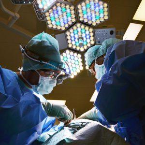 En la imagen, médicos en medio de una operación.