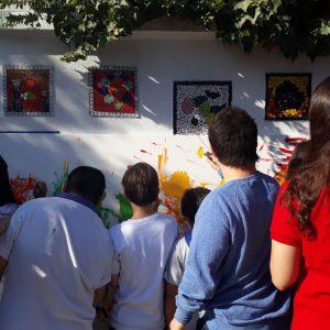 Alumnos de ANADIME pintando un cuadro juntos.